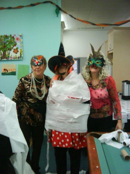 Trois personnes masquées et enroulées de papier!